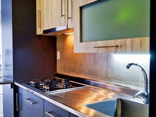 Alacena escurreplatos con iluminación en área de lavado : Cocinas equipadas de estilo  por JARA COCINAS & CLOSETS