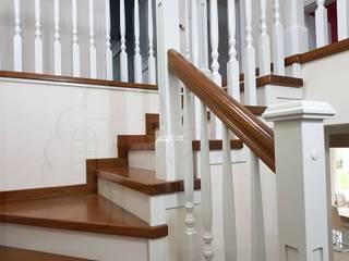Schody drewniane stylowe, afromozja od Stolarka Mikos Klasyczny