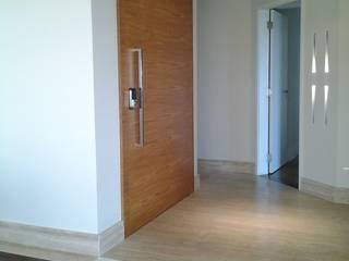 Reforma de apartamento: Corredores e halls de entrada  por Mina Arquitetura & Construções