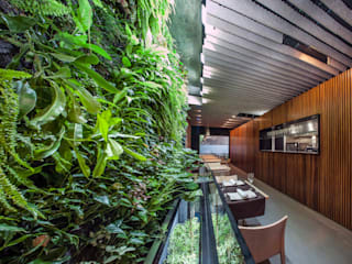 Perspectiva desde el Jardín Vertical.: Locales gastronómicos de estilo  de GreenerLand. Arquitectura Paisajista y Tematización