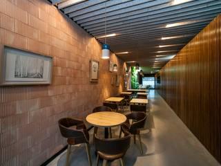 Desde la entrada: Locales gastronómicos de estilo  de GreenerLand. Arquitectura Paisajista y Tematización