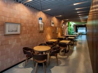 Perspectiva desde el acceso.: Locales gastronómicos de estilo  de GreenerLand. Arquitectura Paisajista y Tematización
