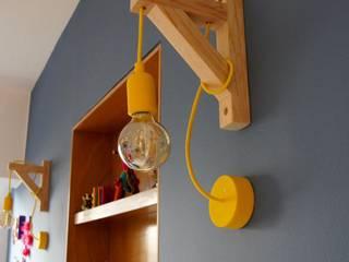 Lámpara Franko & Co. : Paredes y pisos de estilo moderno por Franko & Co.