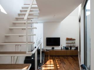 ろじのさき: 株式会社 ギルド・デザイン一級建築士事務所が手掛けたリビングです。,モダン