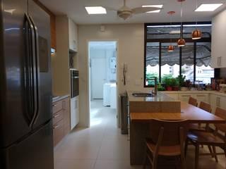 APARTAMENTO EM COPACABANA - RUA SANTA CLARA: Cozinhas modernas por Maria Helena Torres Arquitetura e Design