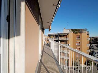 Bilocale da affittare a Cesano Boscone Balcone, Veranda & Terrazza in stile classico di CAMBIOSPAZIO Classico