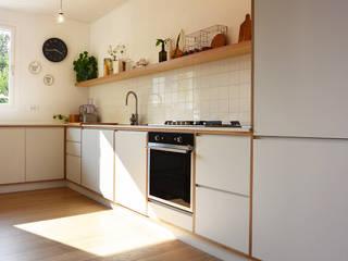 Cucina su disegno: Cucina attrezzata in stile  di studiovert