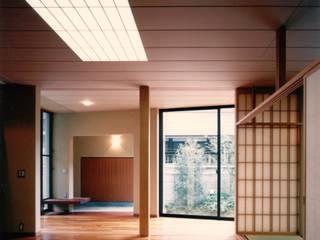 千石の二世帯住宅: 株式会社 ギルド・デザイン一級建築士事務所が手掛けたリビングです。