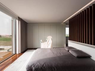 Camera da letto in stile in stile Minimalista di Risco Singular - Arquitectura Lda