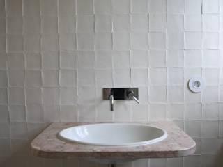 Casa banho: Casa de banho  por Rodrigo Roquette