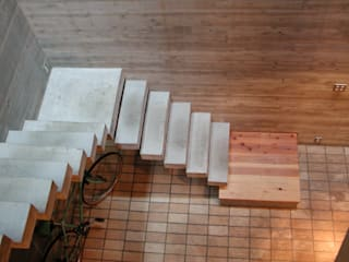 路地が巡る家: 株式会社 ギルド・デザイン一級建築士事務所が手掛けた階段です。
