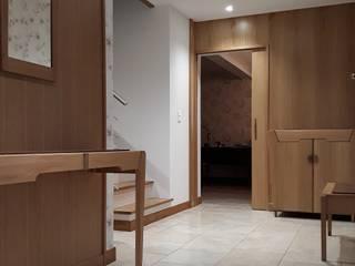 Aménagement intérieur, espace Couloir, entrée, escaliers classiques par PEG at home Classique