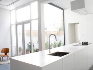 Woonhuis Regentes:  Keukenblokken door Bruusk