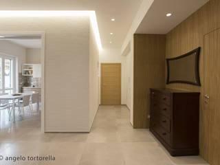 Ingresso : Ingresso & Corridoio in stile  di Casaburi & Memoli Architetti