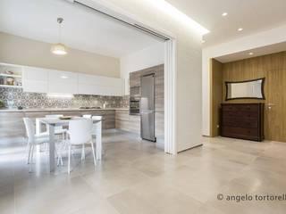 soggiorno living: Sala da pranzo in stile in stile Minimalista di Casaburi & Memoli Architetti