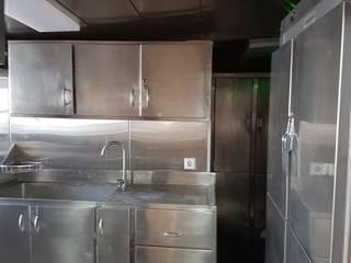 HABITABILIDAD EN EMBARCACIONES PESQUERAS: Cocinas equipadas de estilo  por SCONCRETO S.A.C.