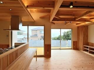 COTTAGE: 松井設計が手掛けたリビングです。