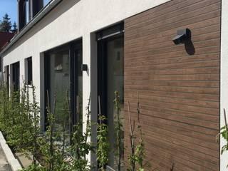 Detail Scheunenoptik mit Fassadenbündiger Trespa Platte mit Holzstruktur:  Schulen von Hübner Architekten
