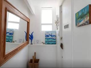 Modern corridor, hallway & stairs by Maria Claudia Faro Modern