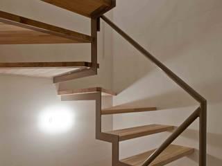 猫と暮らす小さな家: 株式会社 ギルド・デザイン一級建築士事務所が手掛けた階段です。