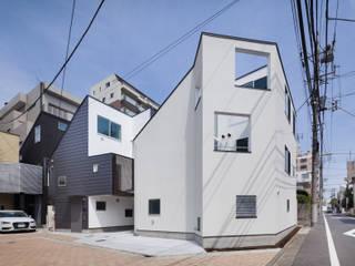 交差点に対して坪庭を持った角地の家 の 有限会社角倉剛建築設計事務所 モダン