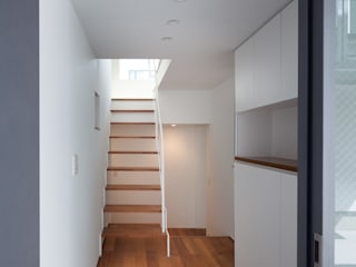 Modern Corridor, Hallway and Staircase by 有限会社角倉剛建築設計事務所 Modern