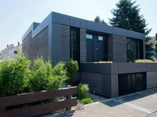 Casas de estilo moderno por Herrmann Massivholzhaus GmbH