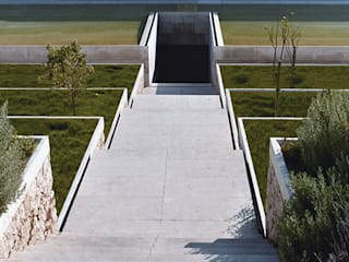 Garden of the São Bernardo Enclosure, Coimbra, Portugal 地中海風 庭 の Margem Arquitectura Paisagista Lda 地中海