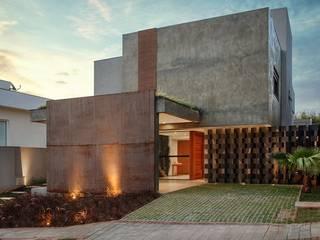 INTERIORES&ARQUITETURA-RESIDENCIAL TDC- ÁREA 420m²: Casas familiares  por Etni Arquitetura,Moderno