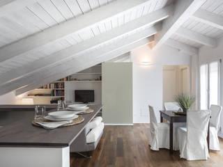 MANSARDA&TERRAZZO: Sala da pranzo in stile  di Viu' Architettura