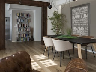 COME IN UN LOFT: Sala da pranzo in stile  di Viu' Architettura