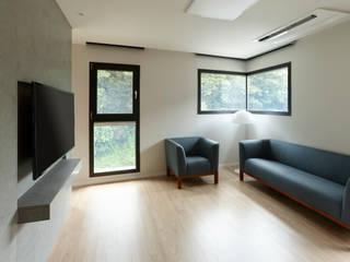 과천 영서현 모던스타일 거실 by 소수건축사사무소 모던