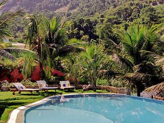 CASA ANGRA DOS REIS - PORTOGALO: Piscinas de jardim  por Maria Claudia Faro,Tropical