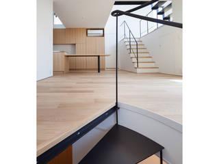 階で別れた玄関共用の二世帯住宅 の 有限会社角倉剛建築設計事務所 モダン