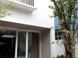 Balcones y terrazas modernos de Công ty TNHH Xây Dựng TM – DV Song Phát Moderno