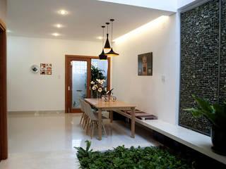 Thiết Kế Nhà Ống 2 Tầng 790 Triệu Gần Gũi Với Thiên Nhiên Phòng ăn phong cách hiện đại bởi Công ty TNHH Xây Dựng TM – DV Song Phát Hiện đại