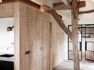 Droomhuis in Rijksmonumentale boerderij:  Woonkamer door ODM architecten - erfgoed & architectuur, Landelijk