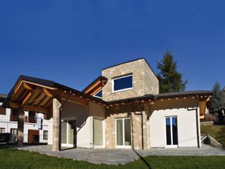 Villa classica in legno: Casa di legno in stile  di Marlegno