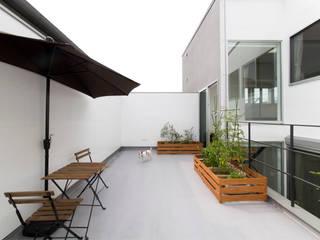 1.5階デッキのある家 オリジナルデザインの テラス の ラブデザインホームズ/LOVE DESIGN HOMES オリジナル