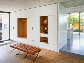 Modern corridor, hallway & stairs by Architekturbüro zwo P Modern
