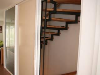 Schiebetüren vor dem Treppenhaus:   von Möbelschreinerei Jürgen Burkhardt