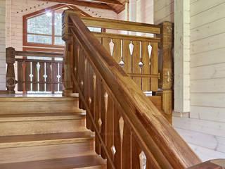 Верхний марш деревянной лестницы. Стиль шале: Лестницы в . Автор – ODEL