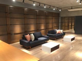 Oficinas y tiendas de estilo industrial de ICONO Projetos e Interiores Industrial