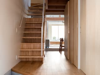 Modern Corridor, Hallway and Staircase by 建築設計事務所SAI工房 Modern