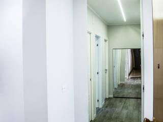 Effetti di luce Ingresso, Corridoio & Scale in stile moderno di Studio ARCH+D Moderno