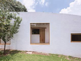 Casa L: Casas de campo de estilo  por LANZA Atelier