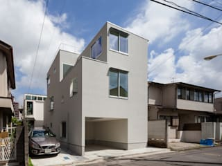 小さなブロックを繋げた木造3階建て住宅 の 有限会社角倉剛建築設計事務所 モダン