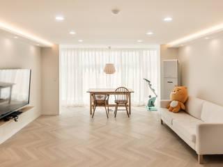 화이트의 단정함과 우드의 내츄럴이 만나는 공간 미니멀리스트 거실 by 봄디자인 미니멀