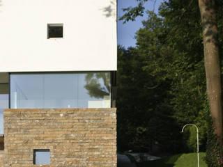 Villa am Seeufer: minimalistische Häuser von Atelier Lüps