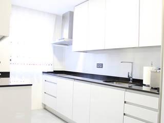 Reforma integral en Madrid de piso de 80m2: Cocinas de estilo  de GRUPO STYLO REFORMAS Y DECORACIÓN en Madrid
